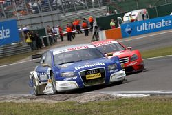 Katherine Legge, TME, Audi A4 DTM leads Gary Paffett, Persson Motorsport AMG Mercedes, AMG-Mercedes