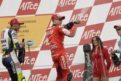 Podio: champagne para Casey Stoner y Valentino Rossi