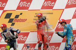 Podio: champagne para el ganador de la carrera Casey Stoner, Valentino Rossi el segundo lugar y terc