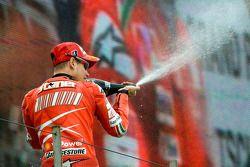 Podium: champagne pour Casey Stoner