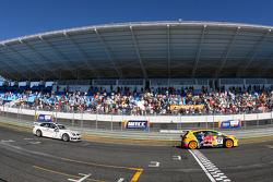 Tiago Monteiro, SEAT Sport, SEAT Leon TDI and Andy Priaulx, BMW Team UK, BMW 320si WTCC