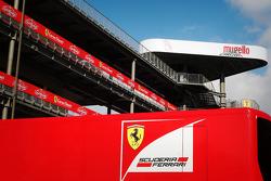Un camión de Ferrari en el paddock