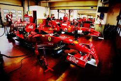 Los monoplazas de Ferrari F1 Clienti en construcción en los boxes