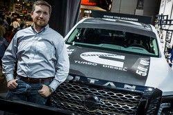 Brent Hagan, Responsable prodotto, Nissan North America con la Nissan 2016 TITAN XD