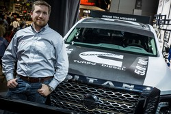 Brent Hagan, Responsable produit, Nissan North America avec la Nissan 2016 TITAN XD