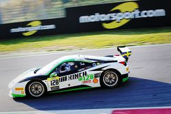 #128 Lueg Sportivo Ferrari 458 : Christian Kinch, avec un panneau Motorsport.com en arrière-plan