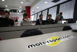 L'équipe Motorsport.com au travail dans la salle de presse