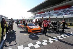 #180 Kessel Racing Ferrari 458 Italia, Gautam Singhania, schierato sulla griglia di partenza