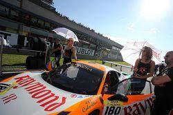 Грид гёрл Гаутама Сингания, #180 Kessel Racing Ferrari 458 Italia