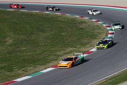 #180 Kessel Racing Ferrari 458 Italia Гаутам Сингания впереди
