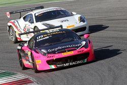 #173 Ineco - MP Racing Ferrari 458 : Corinna Gostner devant #399 Ferrari of Quebec Ferrari 458 : Barry Zekelman