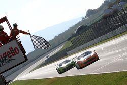 #180 Kessel Racing Ferrari 458: Гаутам Сингания первым пересекает финишную черту
