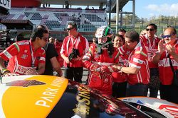 #180 Kessel Racing Ferrari 458 Italia: Гаутам Сингания празднует победу