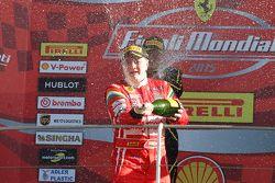 Гонка 1 Shell, подиум: первое место - #180 Kessel Racing Ferrari 458 Italia: Гаутам Сингания праздну