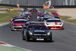 Le vetture allineate dietro la safety car durante il pace lap