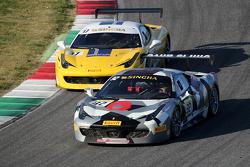 #32 StileF Squadra Corse Ferrari 458: Andreas Segler batalla por la posición con #37 Scuderia Praha