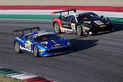 #66 StieF Squadra Corse Ferrari 458: Джо Макари борется с #87 Eberlein Kassel Ferrari 458 Петером Кн