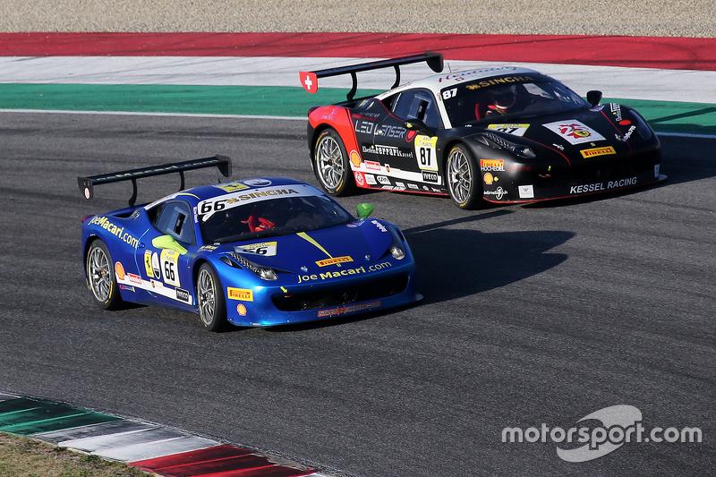 #66 StieF Squadra Corse Ferrari 458: Joe Macari in duel met #87 Eberlein Kassel Ferrari 458 Peter Kn