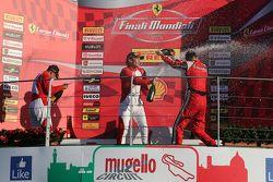 Подиум APAC Shell: первое место #525 Rosso Scuderia Ferrari 458 KK Тадаказу Коджима празднует с шамп