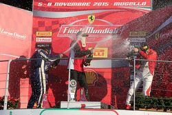 Подиум APAC Pirelli: первое место #471 Ferrari Greater China Роберт Эйсер празднует