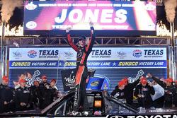 Ganador de la carrera Erik Jones, Kyle Busch Motorsports