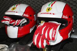 Ferrari FXX programa, cascos y guantes para pilotos