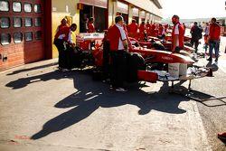 Машины Ferrari F1 выстроились на пит-лейне