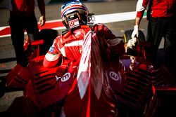 Un pilote Ferrari F1 Clienti se prépare à prendre la piste