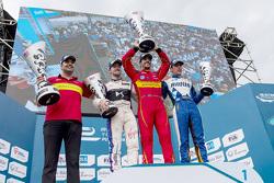 Podium: winnaar Lucas di Grassi, ABT Schaeffler Audi Sport, tweede Sam Bird, DS Virgin Racing Formul