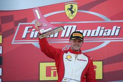 Подиум гонки 2 Pirelli AM EU: первое место - #92 Stratstone Ferrari Ferrari 458: Сэм Смит