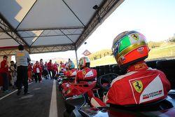 Les pilotes prêts à prendre la piste pour la course de kart