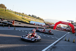 Pilotos listos desplegados en la pista para la carrera de go kart