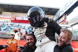 #238 The collection Ferrari 458 : Gregory Romanelli fête sa victoire dans le parc fermé avec son équipe