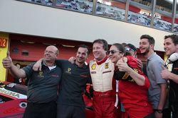 #199 Autohaus Saggio Ferrari 458 : Dirk Adamski fête son résultat avec son équipe dans le parc fermé