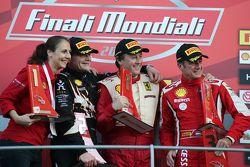 Podio Coppa Shell EU: primo posto #199 Autohaus Saggio Ferrari 458: Dirk Adamski, secondo #192 Kesse