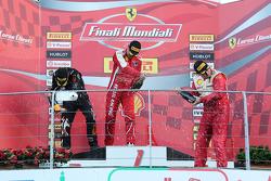 Подиум кубка Shell EU: первое место #199 Autohaus Saggio Ferrari 458: Дирк Адамски, второе место - #192 Kessel Racing Ferrari 458: Жак Дайвер на стартовой решетке, третье место #177 Kessel Racing Ferrari 458: Фонс Шельтема