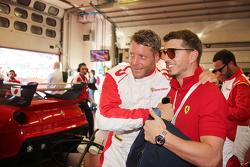 Lapo Elkann en el pitlane con pilotos del Programa FXX