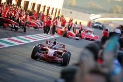 Машина Ferrari F1 на пит-лейне