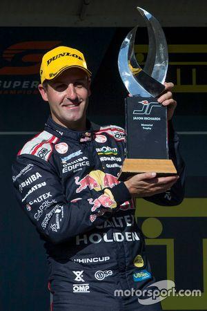Pemenang balapan, Jamie Whincup, Triple Eight Race Engineering Holden dengan Trofi Jason Richards Me