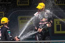 Pemenang balapan, Jamie Whincup, Triple Eight Race Engineering merayakan di podium
