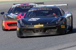 #525 Rosso Scuderia KK Ferrari 458: Тадаказу Коджима борется с #570 Prestige Group Ferrari 458: Цин