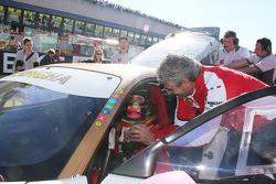 Maurizio Arrivabene, Team Principal Scuderia Ferrari, habla con pilotos