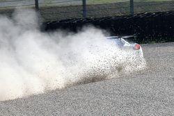 Une voiture sort de piste