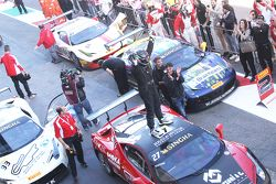 #27 Rosso Corsa - Pellin Racing Ferrari 458: Алессандро Веццони празднует в закрытом парке