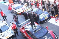 #27 Rosso Corsa - Pellin Racing Ferrari 458 : Alessandro Vezzoni fait la fête dans le parc fermé