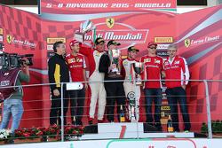 Sebastian Vettel, Ferrari, Kimi Räikkönen, Ferrari, et Maurizio Arrivabene, Team Principal Ferrari, aux côtés des trois premiers de la Coppa Pirelli