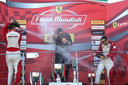 De izquierda a derecha: Sebastian Vettel, Ferrari, Kimi Raikkonen, Ferrari, y Maurizio Arrivabene, F