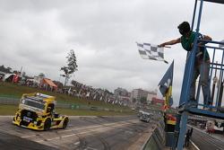 Felipe Giaffone recebe bandeirada em Cascavel