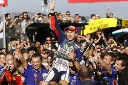 Le vainqueur de la course et Champion du Monde MotoGP 2015 Jorge Lorenzo, Yamaha Factory Racing
