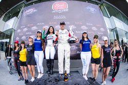 Ganador de la carrera Pepe González, AVM Racing celebra en Victory Lane